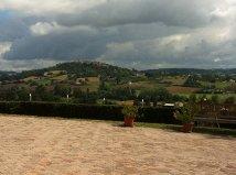 La vue du domaine sur le village médiéval de Lauzerte
